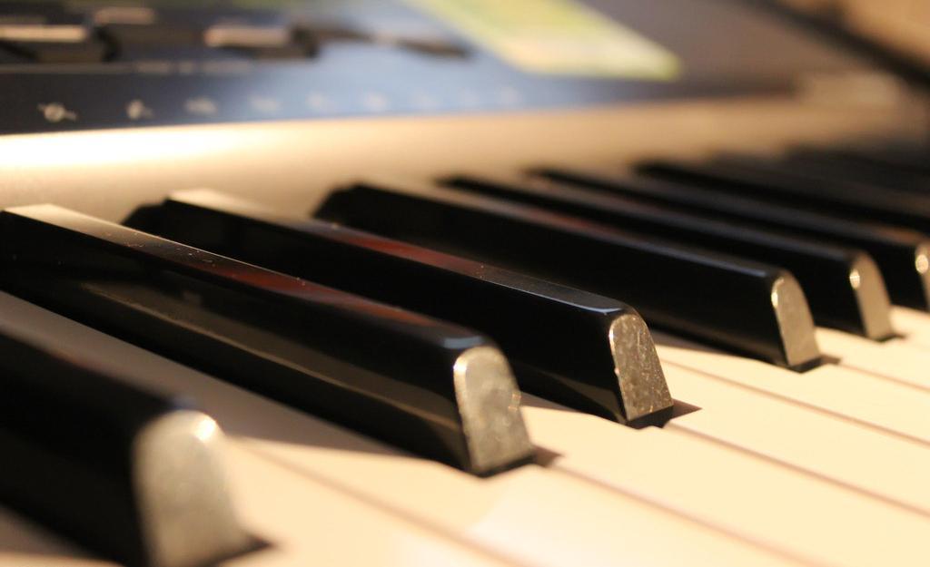 钢琴唯美意境壁纸_钢琴图片唯美 弹奏音乐的美丽_唯美图片