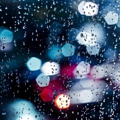 下雨天的夜景治愈系朦胧美图